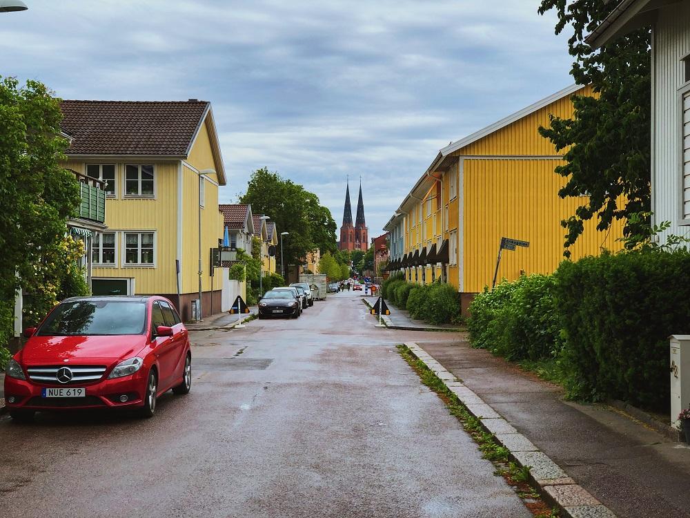 bonita calle con casas amarillas
