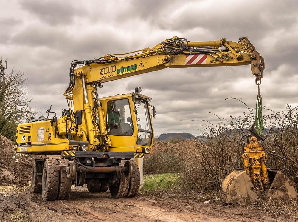 excavadora amarilla haciendo obras