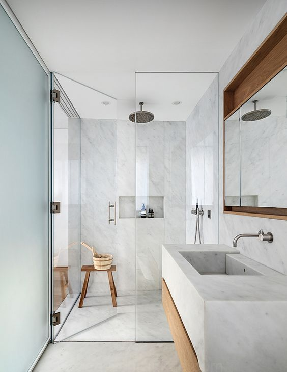 Ducha a ras de suelo en baño pequeño